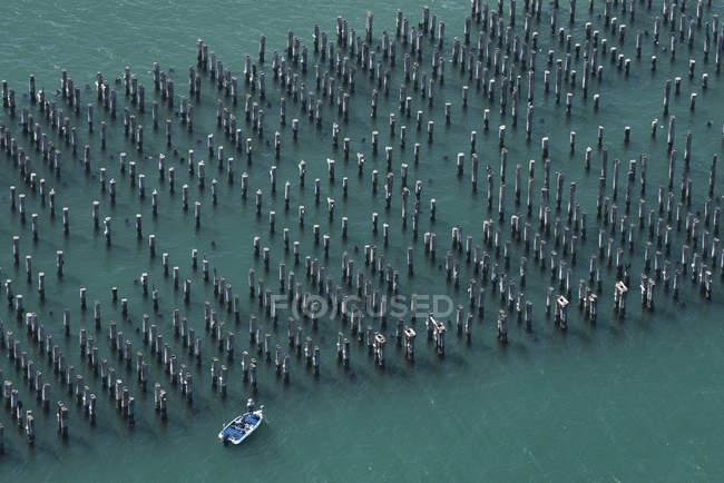Veduta aerea dei piloni del molo e della barca, Melbourne, Victoria, Australia — Foto stock