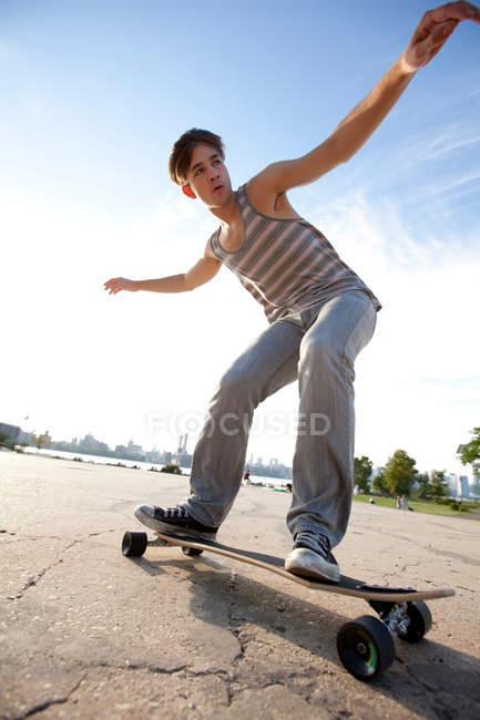 Junger Mann im freien skateboarding — Stockfoto