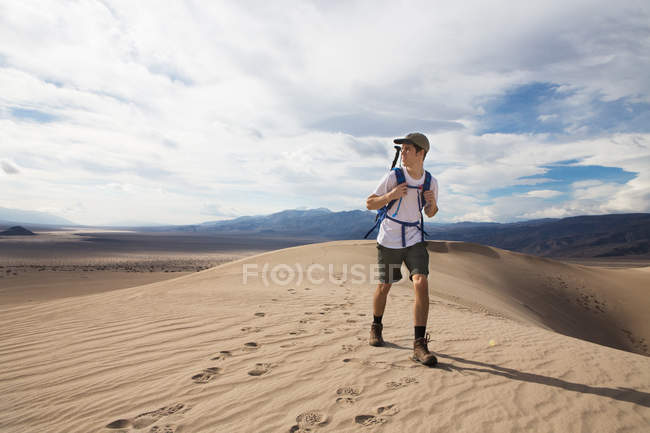 Trekker in esecuzione nel Death Valley National Park, California, Stati Uniti — Foto stock