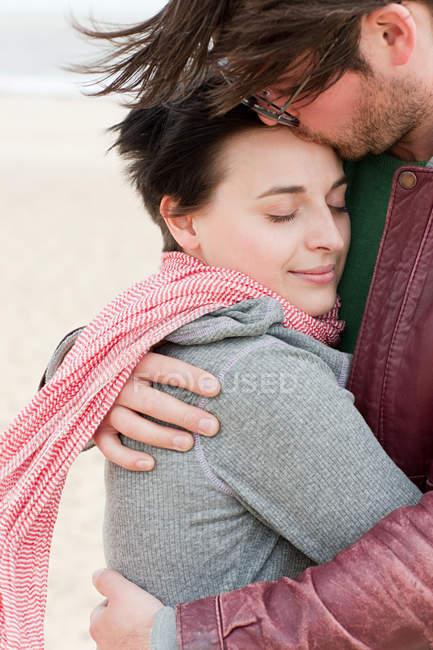 Amor al aire libre de pareja en la playa - foto de stock