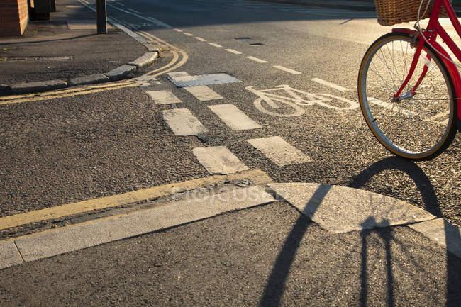Велодорожка и велосипедное колесо — стоковое фото