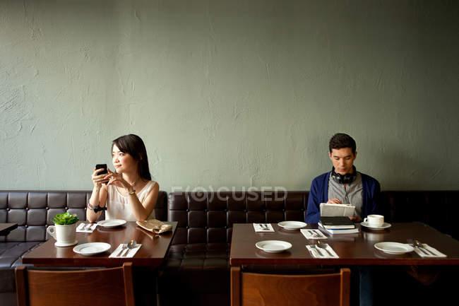 Молодая женщина и молодой человек в ресторане — стоковое фото