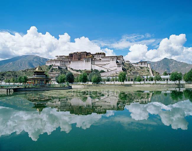 Далеких видом на палац Потала, Китай, Східної Азії — стокове фото