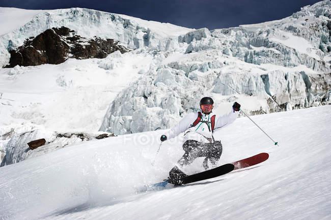 Мужчины лыжник, ускорение вниз — стоковое фото