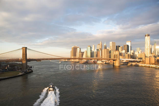 Gratte-ciel et port avec bateau — Photo de stock