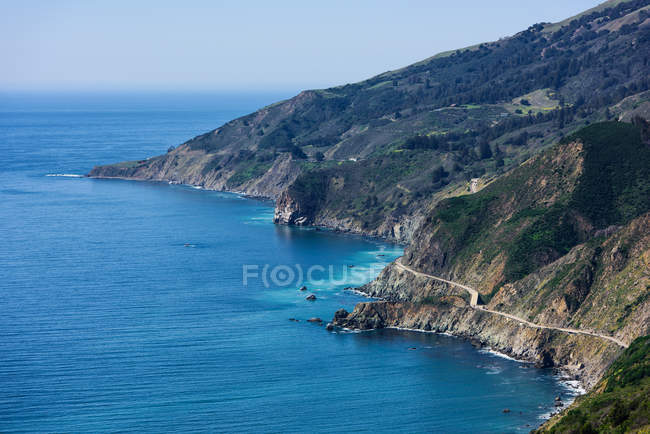 Vue aérienne de la dissolution de falaise routier et maritime, Big Sur, Californie, é.-u. — Photo de stock