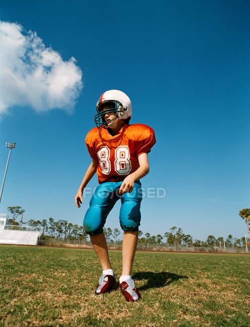 Хлопчик грає американського футболу — стокове фото