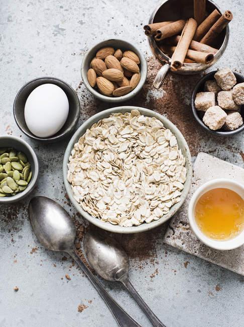 Bodegón de ingredientes para galletas de avena en la mesa - foto de stock