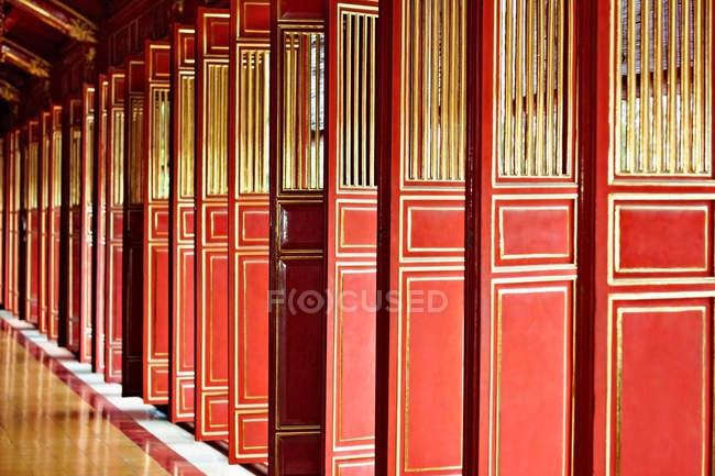 Portas vermelhas de Thai Hoa Palace, Hue, Vietnã — Fotografia de Stock