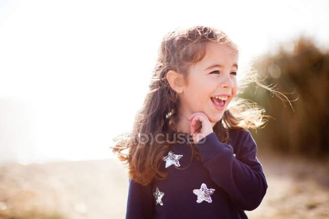 Портрет дівчині фотографіях хтось дивитися вбік, сміючись — стокове фото