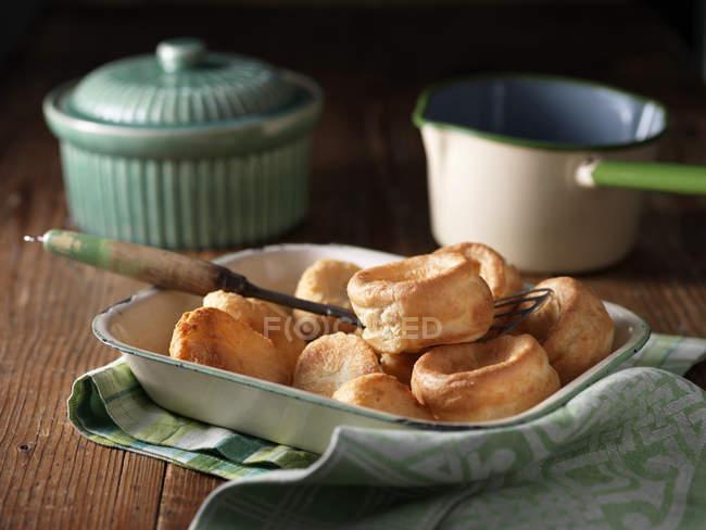 Assiette de pommes de terre rôties et puddings de yorkshire avec accessoires vintage sur bois — Photo de stock