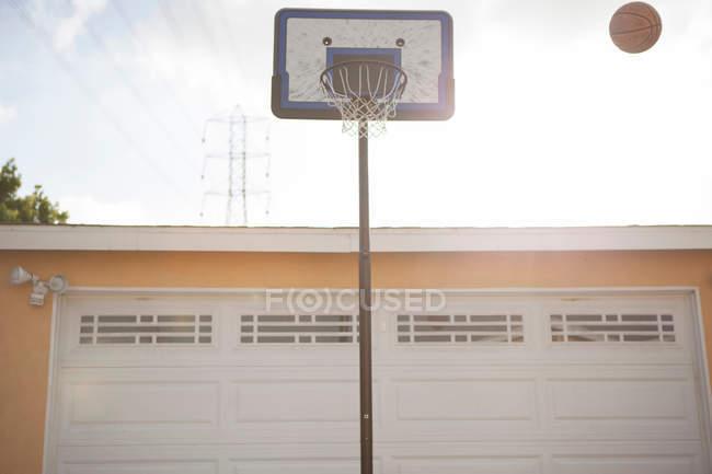 Баскетбольное кольцо и мяч — стоковое фото