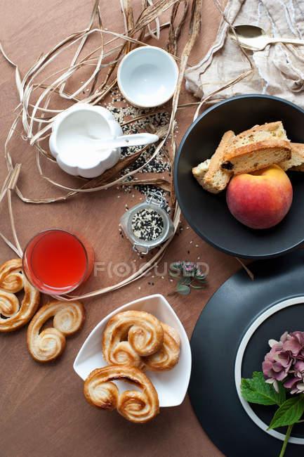 Dolci con albicocca e biscotti sul tavolo, natura morta — Foto stock