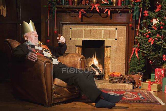 Homme buvant du sherry à Noël — Photo de stock