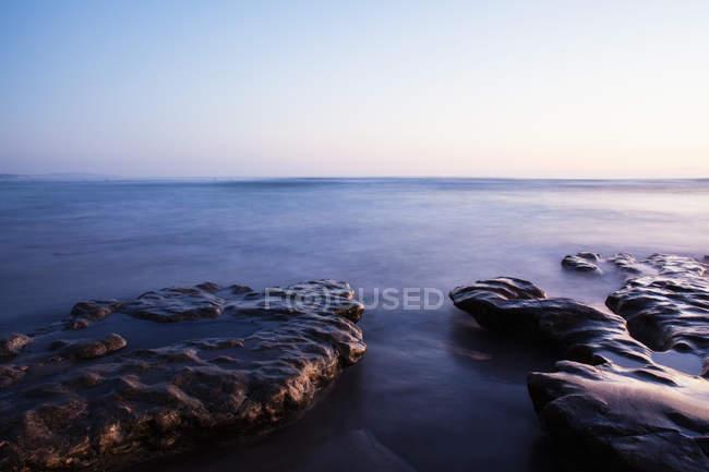 Plataformas de pedra com movimento turva a água, Encinitas, Califórnia, EUA — Fotografia de Stock