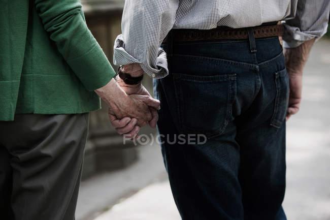 Couple de personnes âgées main dans la main, gros plan — Photo de stock