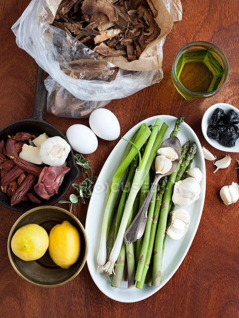 Asparagus surrounded by other ingredients on table — Stock Photo