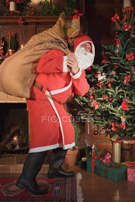 Санта-Клауса доставки подарунків — стокове фото