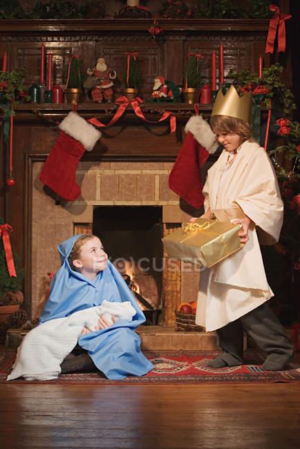 Enfants habillés en personnages de nativité — Photo de stock