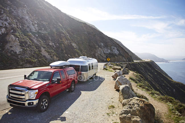 Pick up truck with trailer attached on mountain road, Big Sur, California, USA — Stock Photo