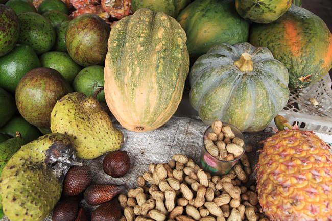Selezionati freschi, frutta, verdura e noci — Foto stock