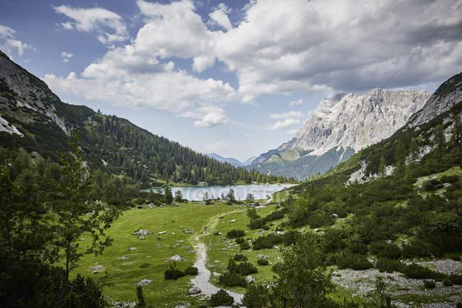 Erhöhten Blick auf Seebensee See und Berg Zugspitze, Ehrwald, Tirol, Österreich — Stockfoto