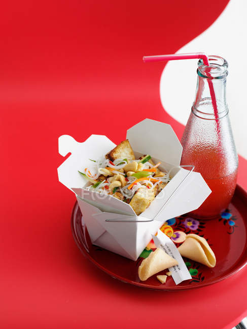 Chicken and vegetables in take out box with juice bottle — Stock Photo