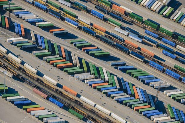Vue aérienne de conteneurs d'expédition coloré dans le port — Photo de stock