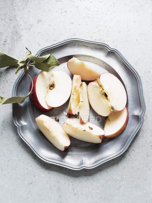 Tranches de pomme sur plaque — Photo de stock