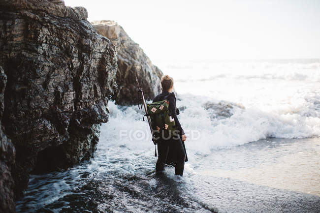 Diver with speargun on beach, Big Sur, California, USA — Stock Photo