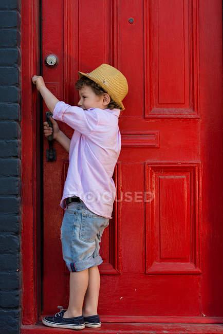 Junge rote Front Türöffnung — Stockfoto
