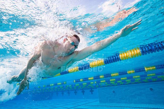 Олімпійський спортсмен, заняття в басейн під водою — стокове фото
