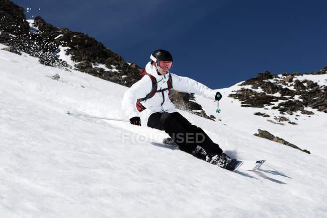 Мужчины, лыжи на скорости вниз горы — стоковое фото