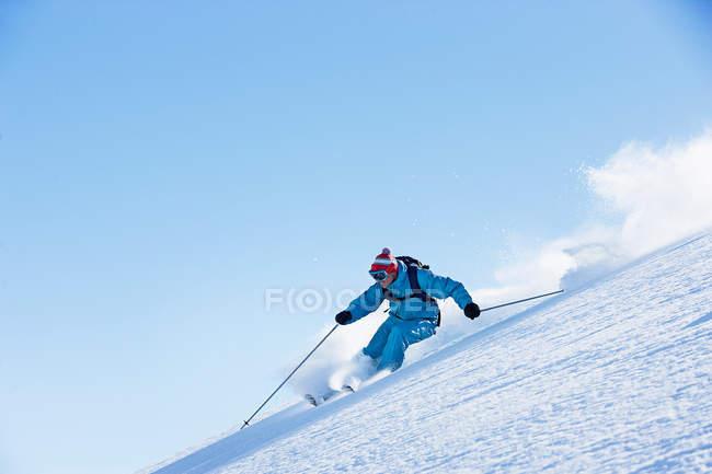 Мужчины, горные лыжи зимой — стоковое фото