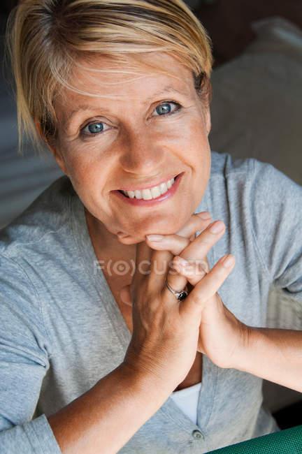 Портрет женщины с руками на подбородок — стоковое фото
