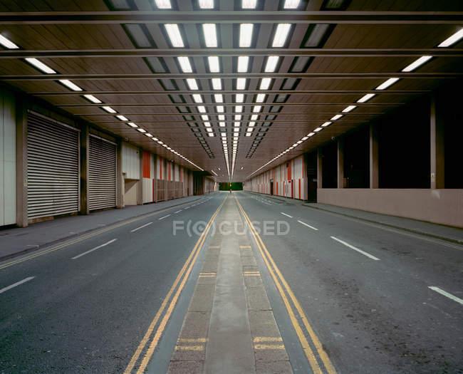 Blick auf beleuchtete Straße in Parkstruktur — Stockfoto