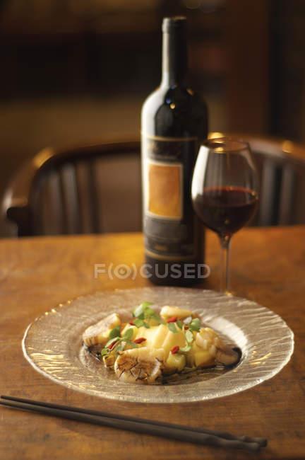 Blick auf Essen und Rotwein auf Tisch — Stockfoto