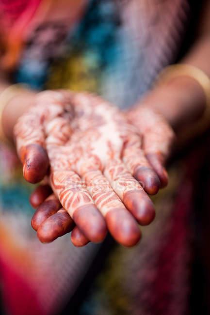Жінка з хни оформлені руки, Катманду, Непал — стокове фото