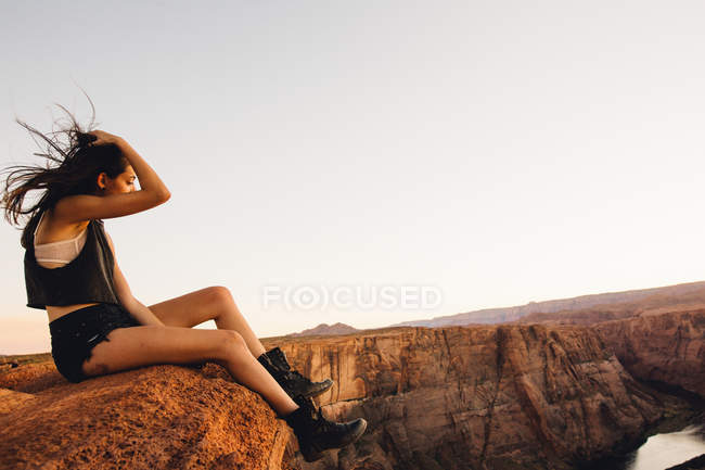Mujer relajante y disfrutando de la vista, Horseshoe Bend, Page, Arizona, Estados Unidos - foto de stock