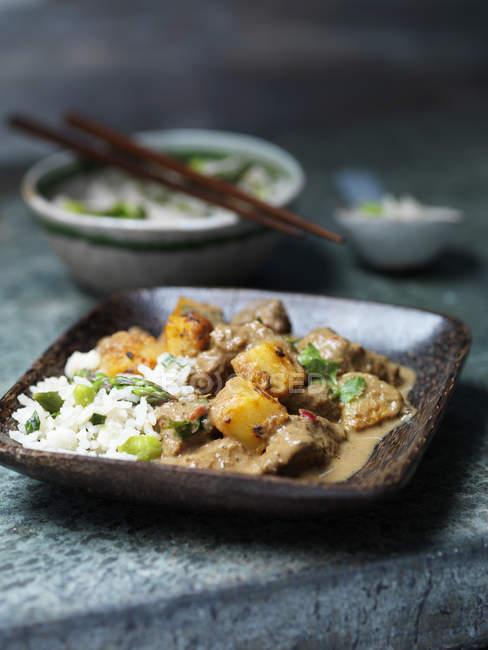 Plat de curry de massaman de bœuf avec riz aux asperges — Photo de stock