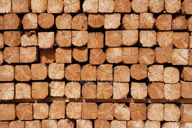 Arrière-plan de menuiserie bois, empilées industriel — Photo de stock