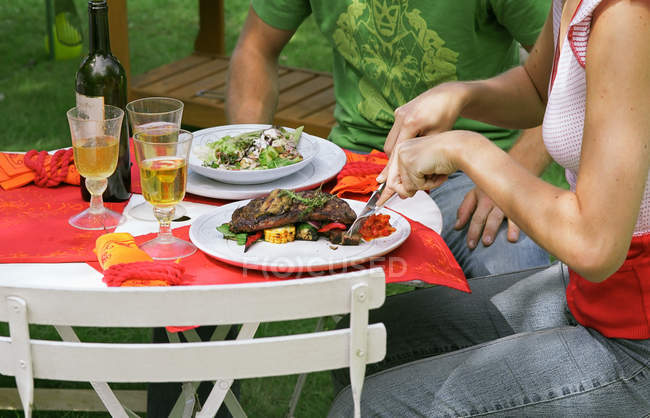 Cropped image of Couple eating lunch outdoors — Stock Photo