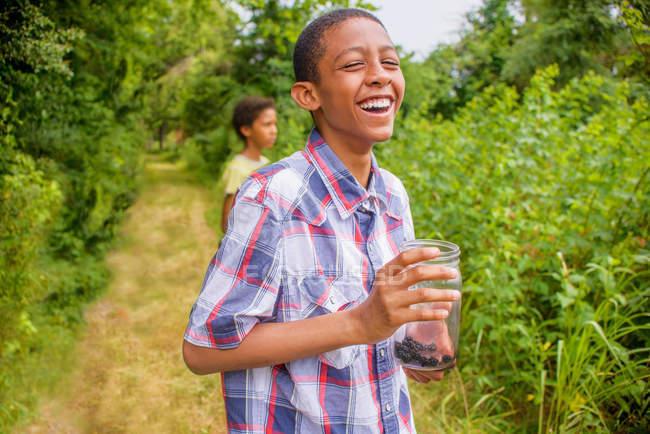 Мальчики собирают ягоды — стоковое фото