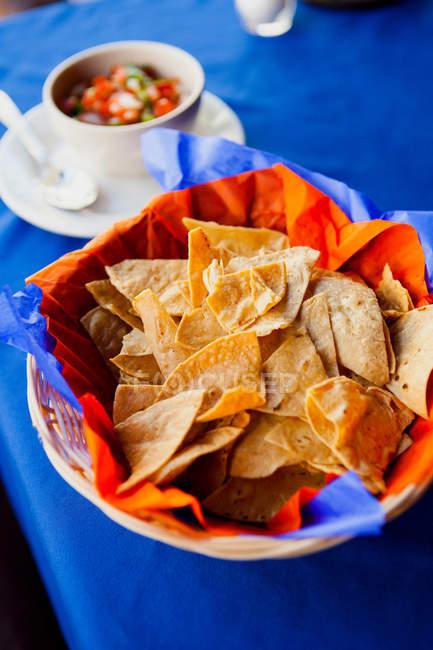 Tortilla-Chips und Salsa serviert am Tisch — Stockfoto