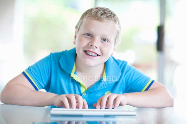 Portrait de garçon à l'aide de tablette numérique — Photo de stock