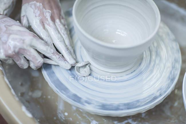 Кейптаун (Південно - Африканська Республіка) ретельно застосовує форму чаші в керамічній майстерні. — стокове фото