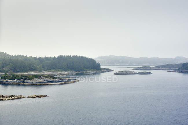 Вид на воды островов с ели и горный хребет — стоковое фото