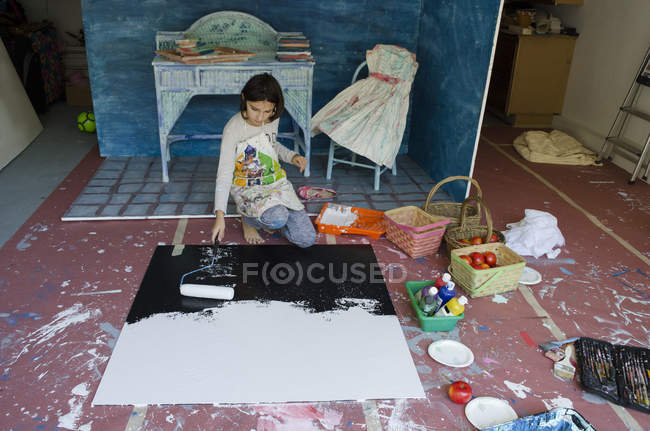 Girl in garage creating set design — Stock Photo