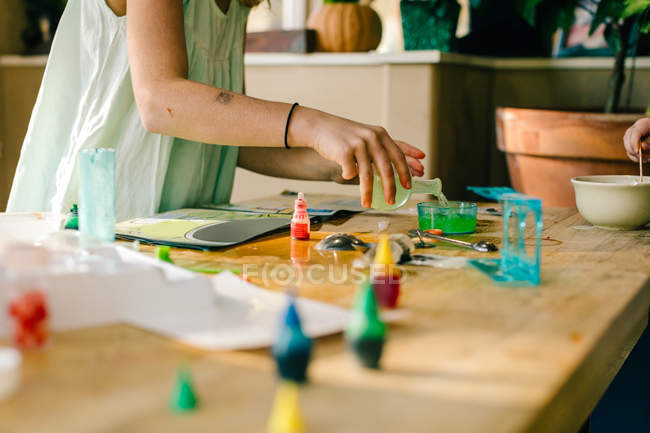Изображение девочек, проводящих научные эксперименты, с накрытым столом — стоковое фото