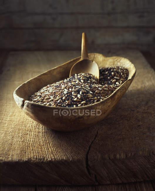 Ciotola di legno con mix di semi di papavero, girasole e lino — Foto stock